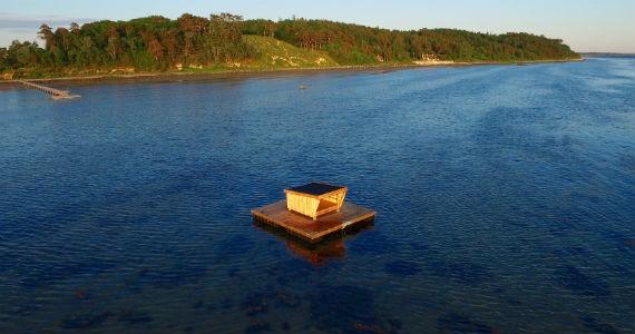 Det flydende havshelter er bygget ud for Hvide Klint ved Frederiksværk. Foto: Halsnæs Kommune